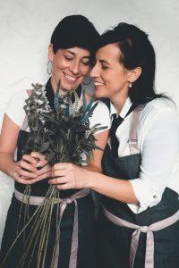 Blanka a Petra vážou kytky